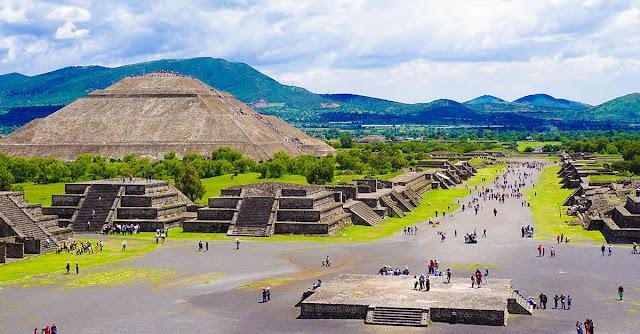Teotihuacán está a tan solo 50 kilómetros al noreste de la Ciudad de México, dentro del municipio de San Juan Teotihuacan. Es la zona arqueológica más visitada del país, de hecho, está reconocido como uno de los lugares más impresionantes de México y del mundo.