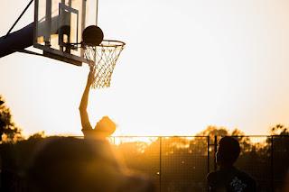 Lakukan Kegiatan yang Menyenangkan, kegiatan menyenangkan, have fun, semangat hidup, tips agar tetap termotivasi, motivasi semangat, kata motivasi hidup, olahraga, basket, bola basket, bermain basket, lay up, senja, basketball, orang bermain basket, orang lay up