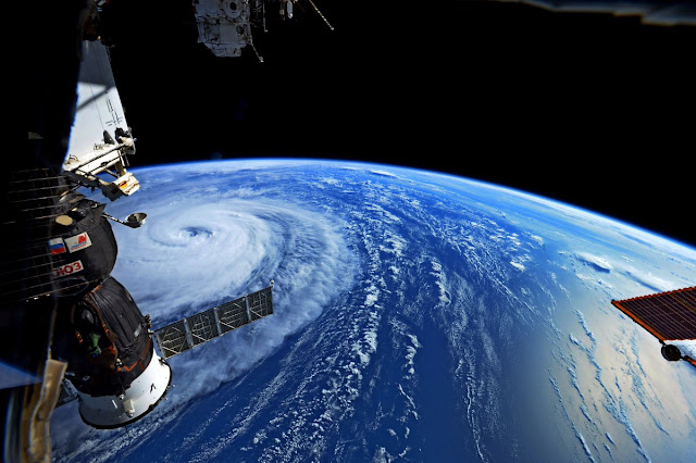 Một hình ảnh khác về siêu bão Noru chụp bởi phi hành gia Randy Bresnik của NASA cho thấy một phần tàu vũ trụ Soyuz của Nga ở bên trái khung hình.