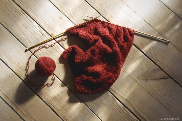 aliciasivert, alicia sivertsson, knitting, knit, yarn, handicraft, craft, handcraft, red, maroon, weasley sweater, harry potter, weasleytröja, tröja, framstycke, stickning, sticka, handarbete, hantverk, garn, stickor