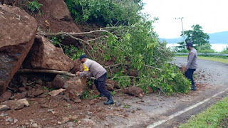 Tanah Longsor Kembali Terjadi di Nanga Tumpu, Pengendara Diminta Hati-hati