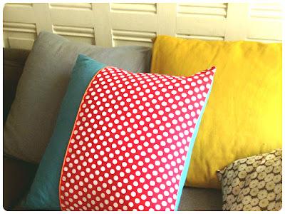Coussin à pois rouge et turquoise Tissus Linna Morata