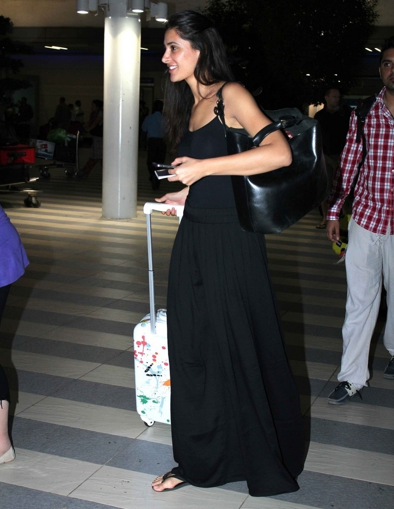 Actress Without Makeup Face In Airport Nargis Fakhri