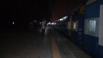 नीमकाथाना रेलवे स्टेशन पर पिछले महीने से चेतक एक्सप्रेस 1 घंटे लेट, यात्री परेशान