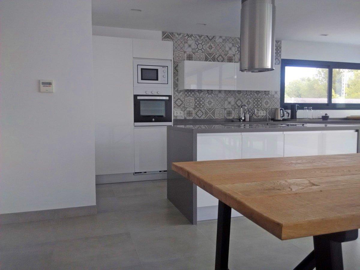 Una pared de azulejos elemento clave para decorar la - Barra cocina silestone ...