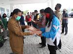 Penyerahkan 1.050 Voucher Tambahan BLT Bagi Warga  11 Kelurahan di Taput