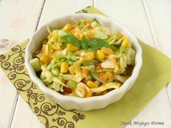 Sałatka z młodej kapusty z kukurydzą, marchewką i świeżym ogórkiem