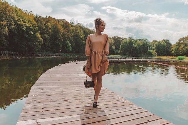 Sukienka o kroju oversize z mokasynami w codziennej stylizacji  - Czytaj więcej
