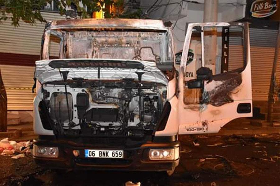 Diyarbakır Bağlar Belediyesine ait temizlik aracı yüzü maskeli kişilerce yakıldı