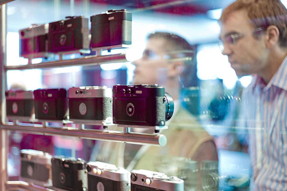 Посетители рассматривают камеры Leica