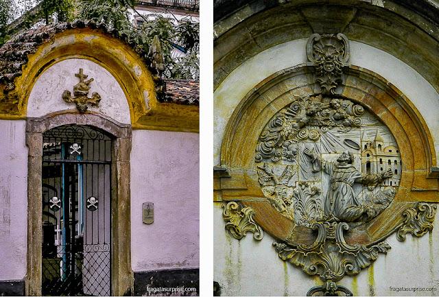 Caveirinhas no portão do Cemitério e a imagem de São Francisco sobre a porta principal da igreja favorita de Aleijadinho em Ouro Preto