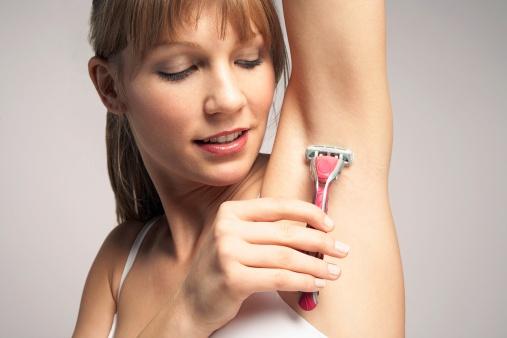 4 tác hại của việc nhổ lông nách không đúng cách