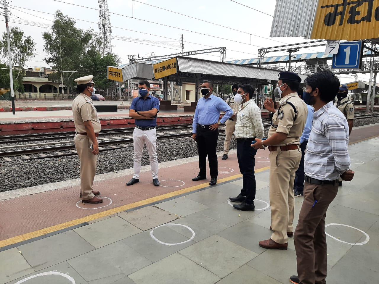 Jhabua News- कलेक्टर के निर्देश ट्रेन से आने वाले यात्रियों की  थर्मल स्क्रीनिंग करवाएं