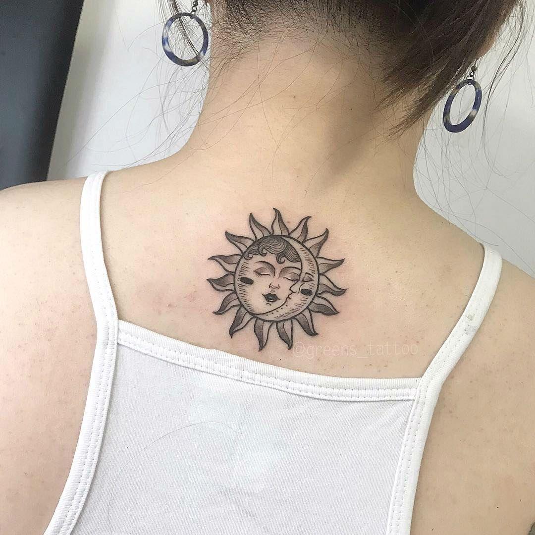 Vemos un tatuaje de sol y luna estilo antiguo