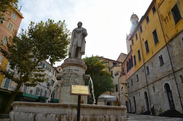광장옆 동상