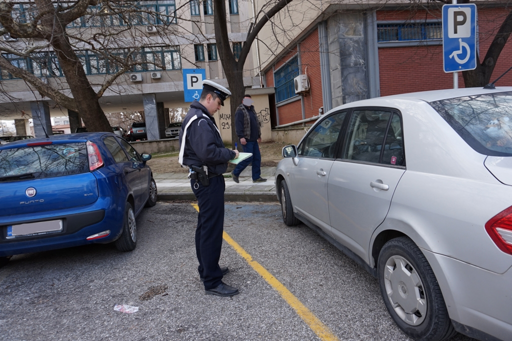 Ποινή φυλάκισης αντιμετωπίζουν όσοι παρκάρουν παράνομα σε θέσεις ΑμεΑ