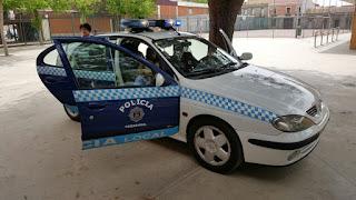 UN COCHE DE POLICIA EN EL COLEGIO