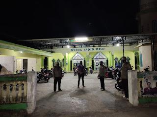 Beri Rasa Aman Dan Penerapan Protokol Kesehatan, Personil Polsek Cendana Pam Tarawih Di Mesjid Nurul Yakin