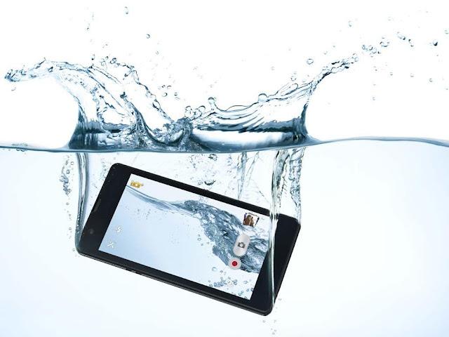 5 Langkah Penting Ketika Ponsel Tercebur ke Air