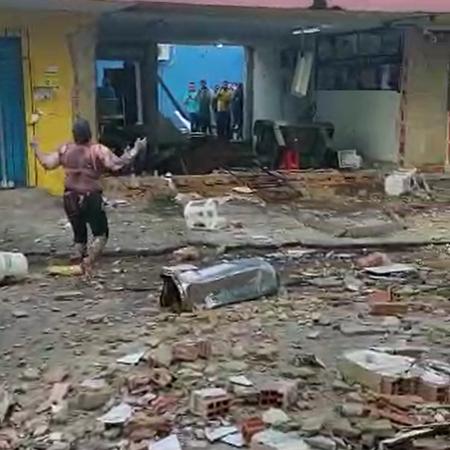 Mulher sobrevive a explosão de gás e sai andando; veja vídeo