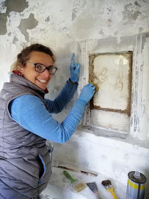 Si elimina una brutta doratura dal marmo di Carrara