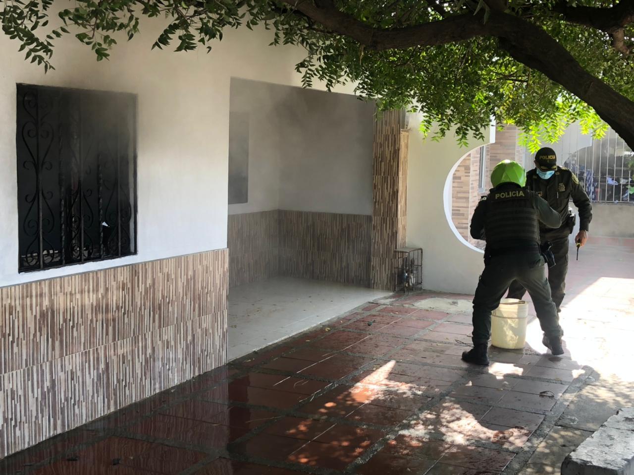https://www.notasrosas.com/Uniformados de la Policía Nacional conjuraron incendio de una vivienda en Maicao