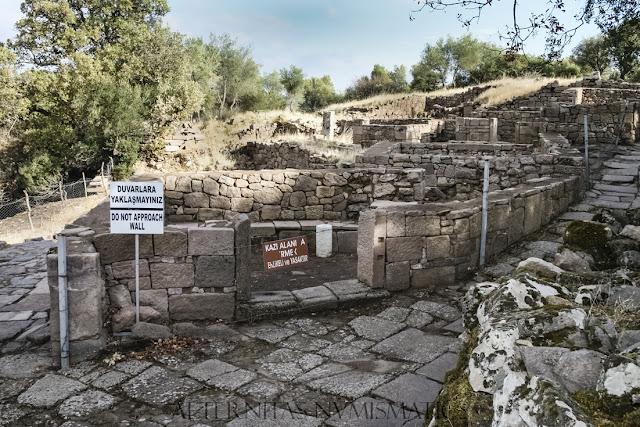 localizada a pocos pasos de la Puerta de Tiberio de Aegae