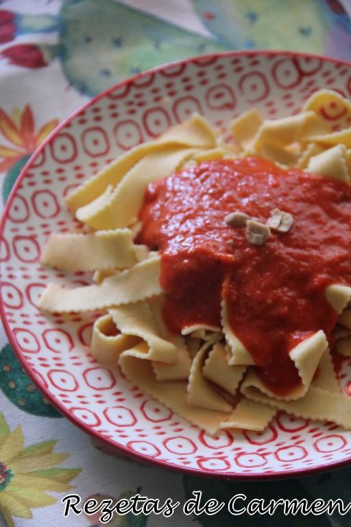 Tallarines con salsa de pimientos, tomate y almendras