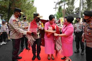 Irjen Pol Panca Putra Disambut Tarian Daerah Etnis Sumut Setiba di Mapolda Sumut