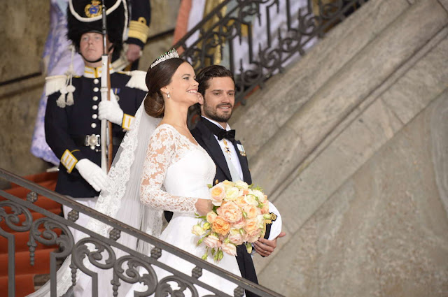 royals fashion mariage du prince carl philip sofia hellqvist sortie de la chapelle royale. Black Bedroom Furniture Sets. Home Design Ideas