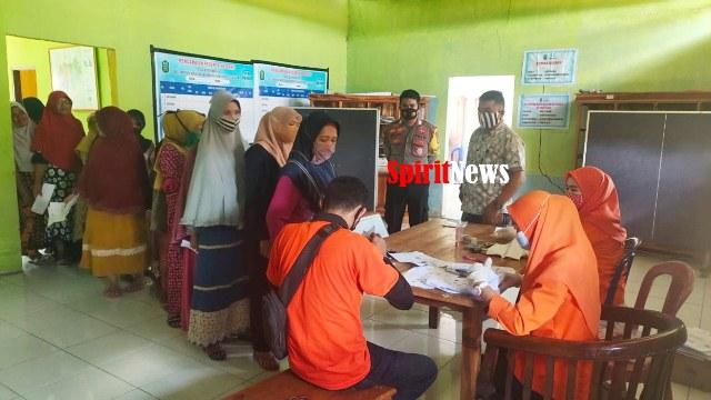 Bhabinkamtibmas Desa Bontomanai Kawal Pendistribusian BST Tahap IV Di Desa Binaan