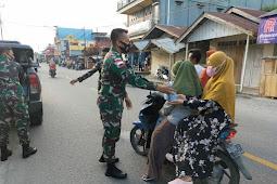 Satgas Yonif 734 Pos Kout Bagikan Takjil Buka Puasa di Kairatu