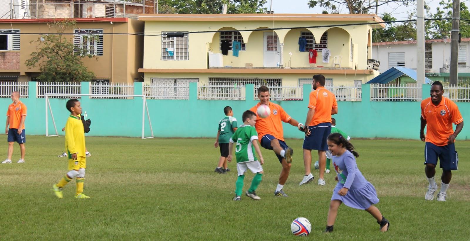 Islanders donan uniformes a niños de San Juan Bosco  6b39ba0c9e2da