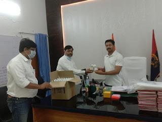 जिला आबकारी अधिकारी ने जनपद के अधिकारी/कर्मचारी के लिये सेनेटाइजर दिये    District Excise Officer has given sanitizer for district officer/employee     संवाददाता, Journalist Anil Prabhakar.                 www.upviral24.in