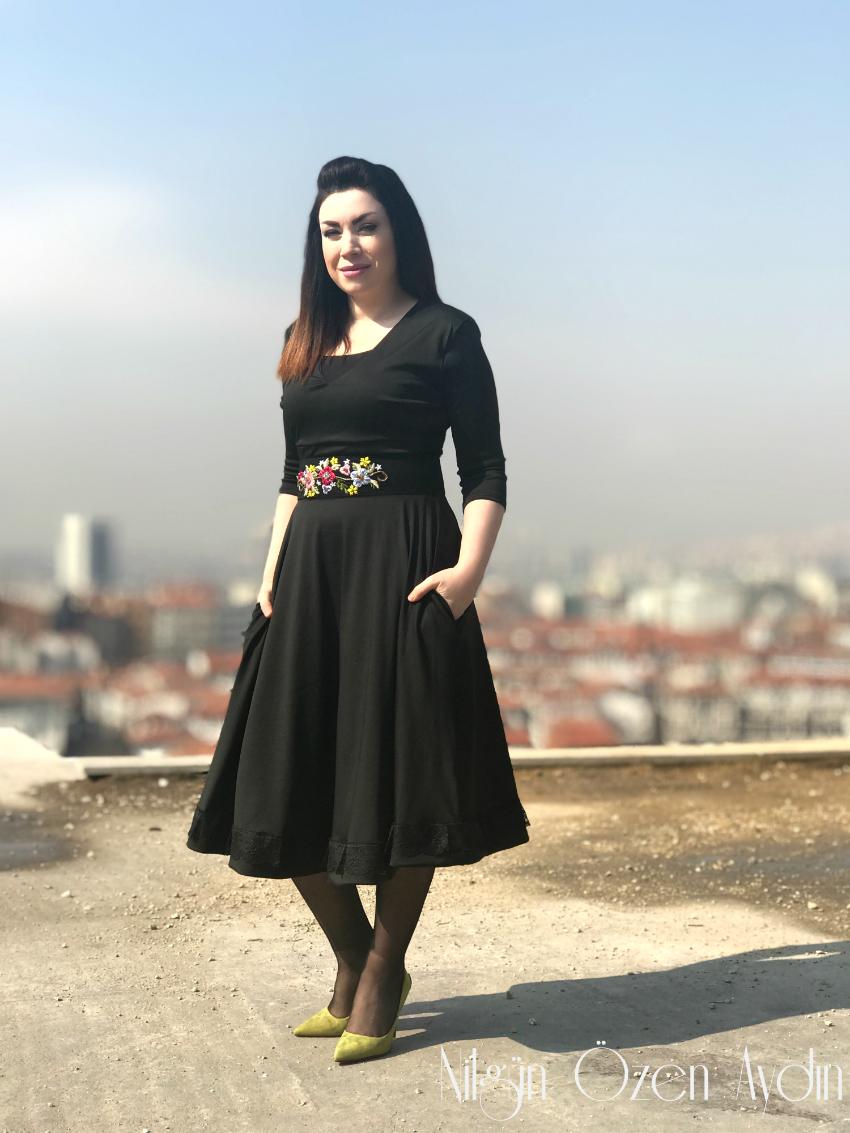 Siyah Vintage Elbise ve Çiçekli Kemer