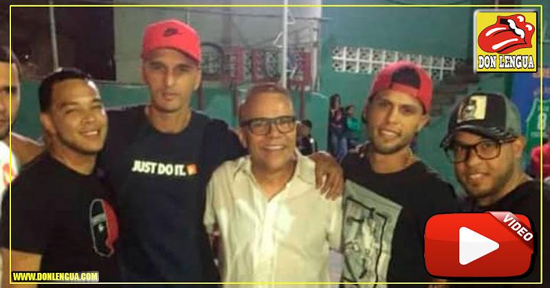 El famoso salsero puertoriqueño Alex D´Castro cantando en la Cota 905 junto a los delincuentes más buscados