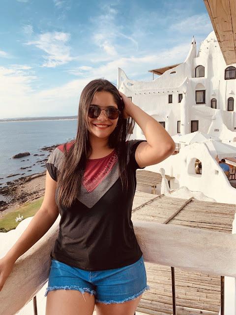 mulher jovem em frente a casapueblo no Uruguai