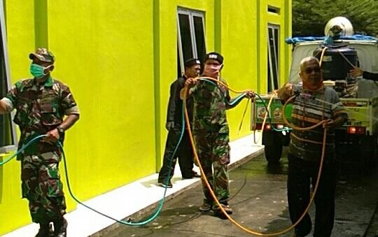 Relawan ATS Parakanmanggu Lakukan Penyemprotan Disinfektan Untuk Memutus Penyebaran Covid 19