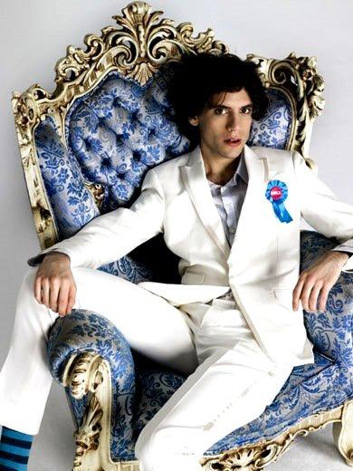 Foto de Mika posando sentado