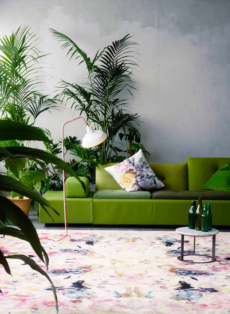 decoracion-inspiracion-greenery-pantone-sofa-plantas