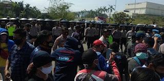 Puluhan Ribu Buruh Dihadang Ribuan Aparat Saat Hendak Aksi Di Gedung DPR RI