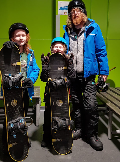 v Changed at Chill Factorᵉ benches ready for snowboarding