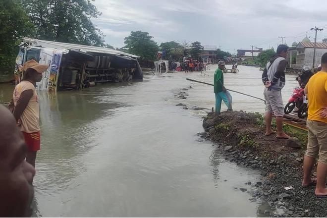 2 Mobil Terguling di Cempa, Jalan Poros Bone-Wajo Tak Bisa Dilewati Mobil