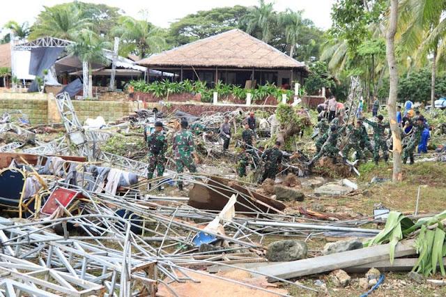 Kostrad Bantu Evakuasi Warga Korban Tsunami Selat Sunda