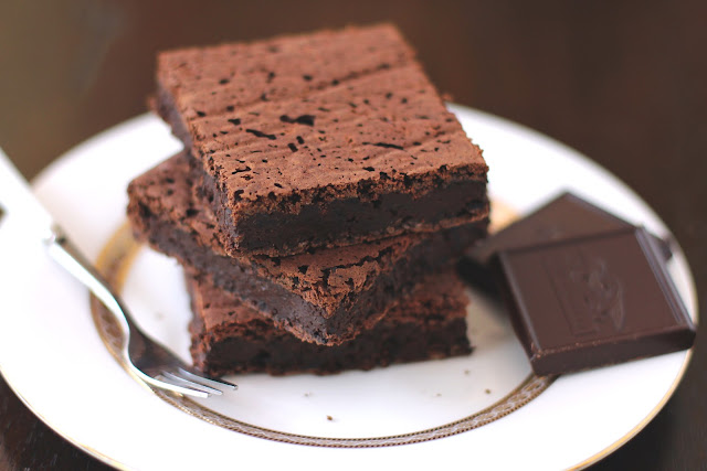 Healthy Fudgy Black Bean Brownies recipe (refined sugar free, low fat, high fiber, gluten free, dairy free, vegan) - Healthy Dessert Recipes at Desserts with Benefits