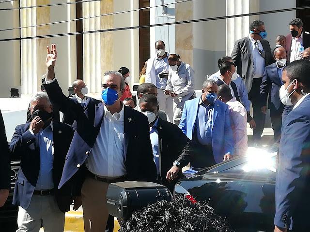 El preisidente Luis Abinader al salir de la Gobernación de Santiago.