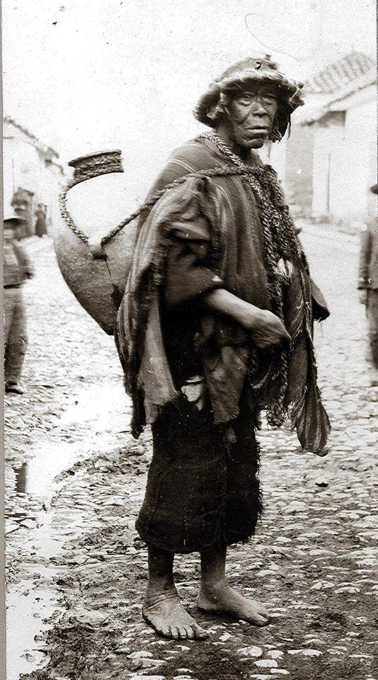 Poblador cusqueño cargando su cántaro - foto antugua