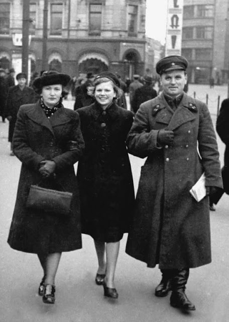 "1940 год. Рига. На бульваре Бривибас. Позади часы ""Лайма"""