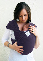 Ana kucağı veya bebek kangurusu giymiş bir anne kucağındaki bebek