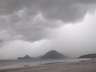 Mendung mulai melanda pantai